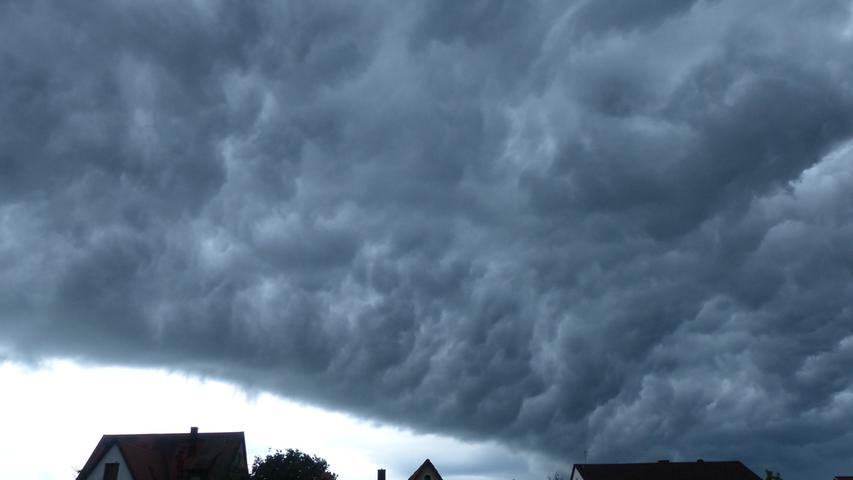 Wie im Science-Fiction-Film: Eine mächtige Wolke walzt über Rückersdorf hinweg