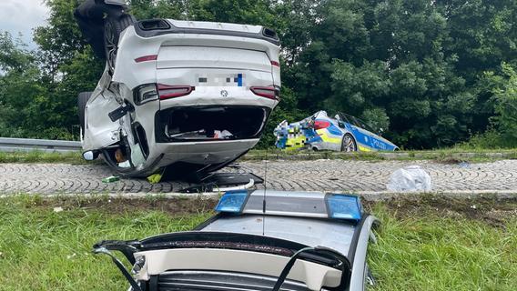 Unfall mit Polizeifahrzeug: Mehrere Personen schwer verletzt