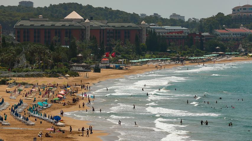 Ein Strand im türkischen Antalya - derzeit vor allem aber belegt mit Gästen aus Russland, Israel oder dem Inland.