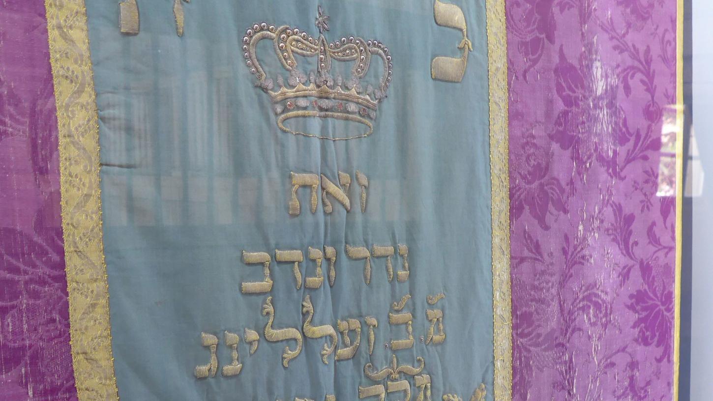 Der Toravorhang soll von M. B. Selling anlässlich der Geburt seines Sohnes gespendet worden sein.