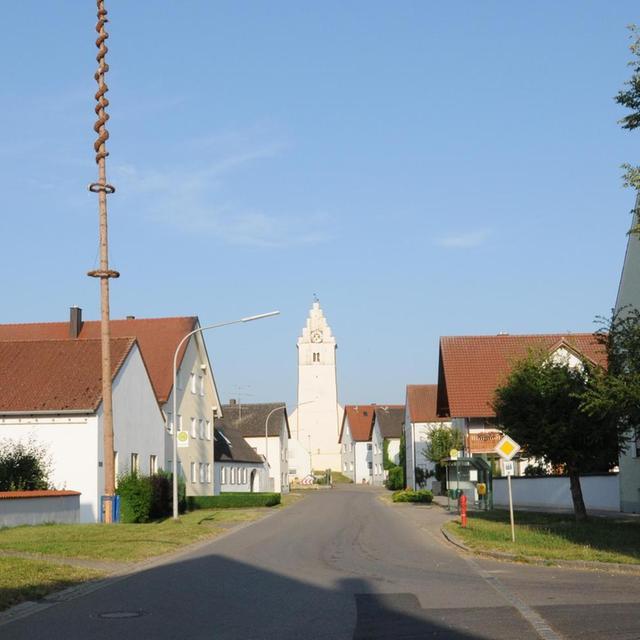 """Ein Blick von der Dorfhauptstraße aus ins """"Zentrum"""" von Forchheim: Links sieht man den Maibaum, der jedes Jahr von der Freiwilligen Feuerwehr aufgestellt wird."""
