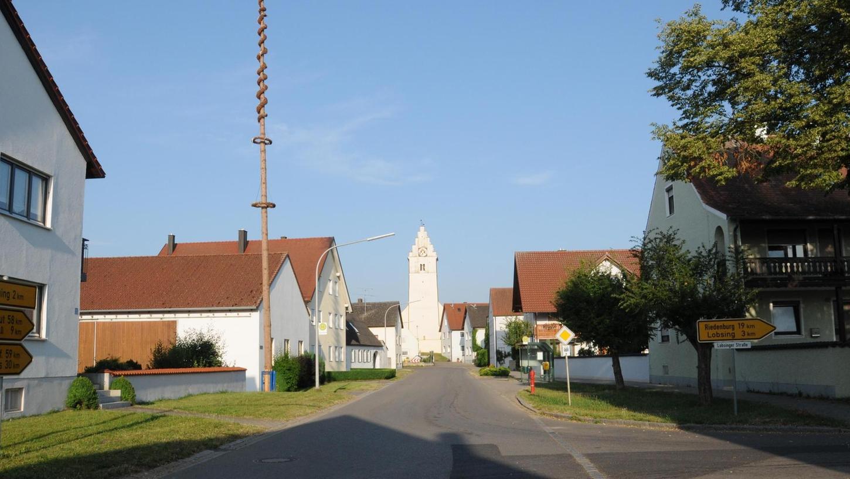 """Ein Blick von der Dorfhauptstraße aus ins """"Zentrum"""" von Forchheim."""