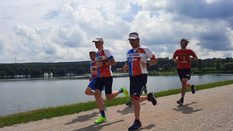 Bei bester Aussicht auf den See. Ingo Macher (Mitte) mit Teamkollegen vom La Carrera TriTeam bei der Laufeinheit.