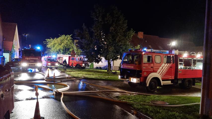 In Krassolzheim, einem Gemeindeteil des Marktes Sugenheim im Landkreis Neustadt an der Aisch-Bad Windsheim, sorgte für eine große Anzahl von Einsätzen für mehr als zwanzig Feuerwehren aus dem Umkreis. Vollgelaufene Keller, überflutete Straßen und ein aufgeschwemmter Öltank forderte über 150 Einsatzkräfte der Feuerwehr und ein Team des THW zwischen Freitagabend, 22 Uhr und Freitagmorgen 4 Uhr. Stand 7.15 Uhr hat sich die Lagewieder verschärft und es wurden die Feuerwehren aus Sugenheim und Umgebung wieder nach Krassolzheim alarmiert.