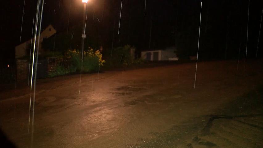 Überflutete Straßen auch in Lehrberg. Regenwasser schoss einen Hang hinunter in die Ortschaft, wie dieser Screenshot aus einem Video zeigt. Mindestens ein Keller wurde überflutet. Die Feuerwehr war im Einsatz, um unter anderem dieGullys zu öffnen und das Wasser abzupumpen.