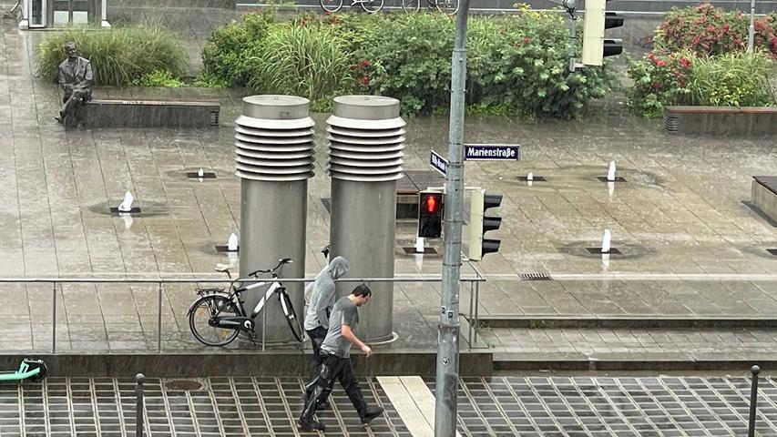 Der Deutsche Wetterdienst warnte bereits in den frühen Morgenstunden vor ergiebigem Dauerregen im Großraum Nürnberg. Gegen 8 Uhr startete dann auch der Regen im Zentrum. Niederschlagsmengen zwischen 40 Liter pro Quadratmeterund 70 Liter pro Quadratmeter erwartet der DWD bis zum Mittag. Die Aufnahme entstand am Freitag gegen 9 Uhr und zeigt den Willy-Brandt-Platz.