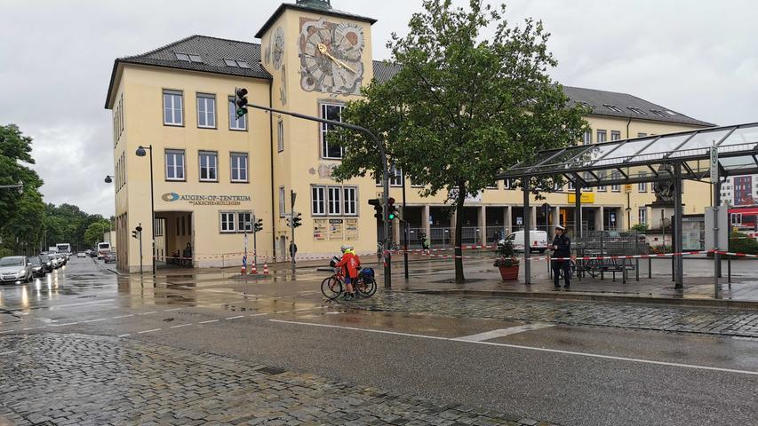 Am späten Nachmittag soll die Bombe entschärft werden. Bereits am Vormittag sind der Bahnhofsplatz und die dortigen Filialen der Deutschen Post und der Postbank nicht mehr zugänglich.