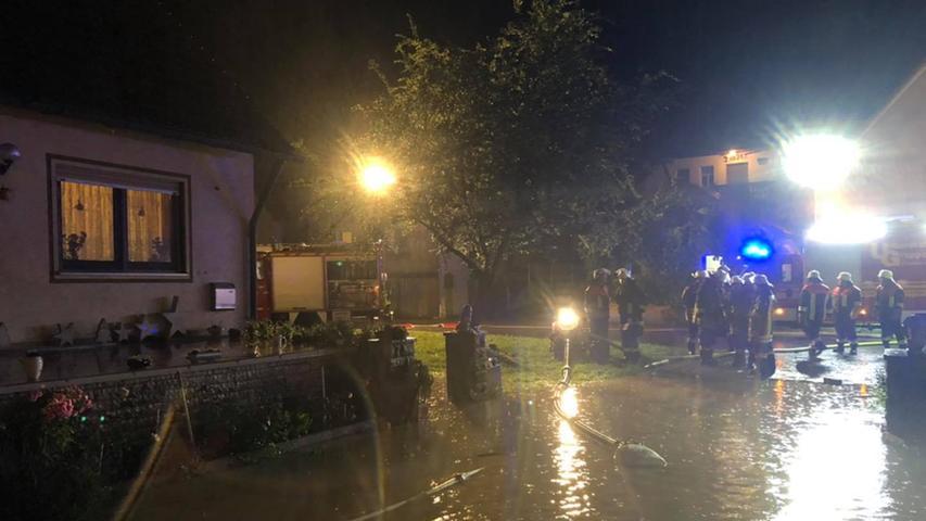 Die ganze Nacht waren die zahlreichen Feuerwehrleute im Einsatz.