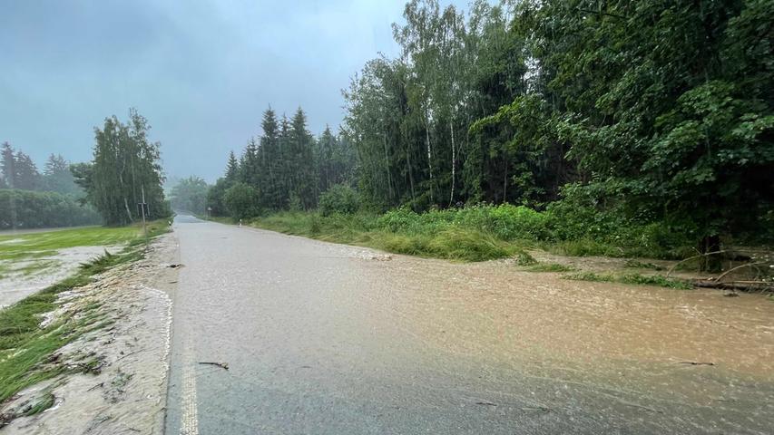 Starker Dauerregen hält seit Stunden die Einsatzkräfte der Feuerwehren und des Technischen Hilfswerkes in Franken auf Trab. Auch schon in der Nacht auf Freitag kam es zu zahlreichen Einsätzen in der Region.