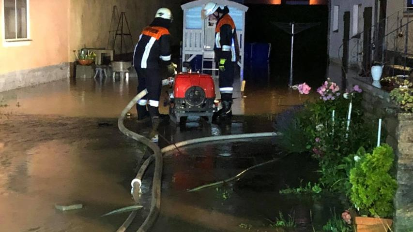 Der Hof eines Anwesens stand mehr als 30 Zentimeter unter Wasser und musste leergepumpt werden.