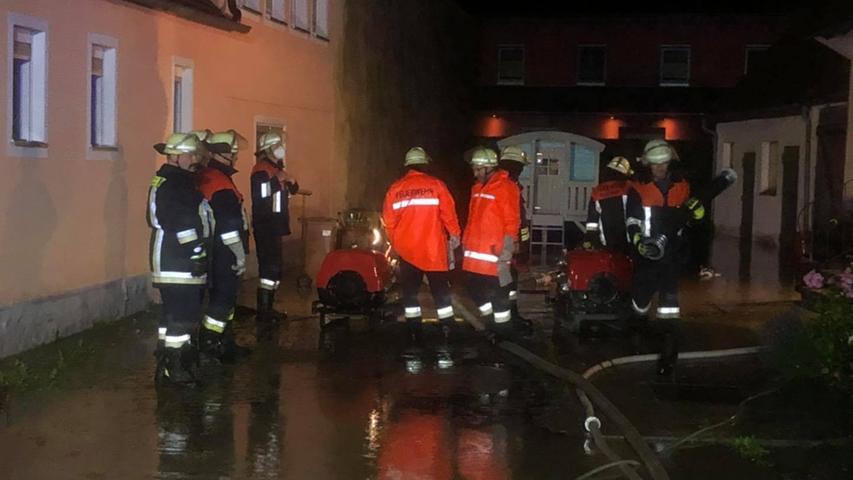 Die Freiwillige Feuerwehr Markt Bibart war mehr als drei Stunden im Einsatz. Weitere Einsätze am Freitag sind zu erwarten.