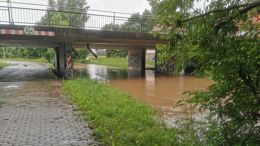 Auch in Ansbach regnete es überStunden stark.Der Pegel der Rezat im Stadtgebiet lag um 10.30 Uhr schon nah an der Fahrbahnkante.Die Stadt Ansbach hat aus diesem Grundden Rezatparkplatz gesperrt. Vom Hochwasser betroffen ist außerdem der Bürgerpark und das Rezattal im Bereich des Ortsteils Neuses.
