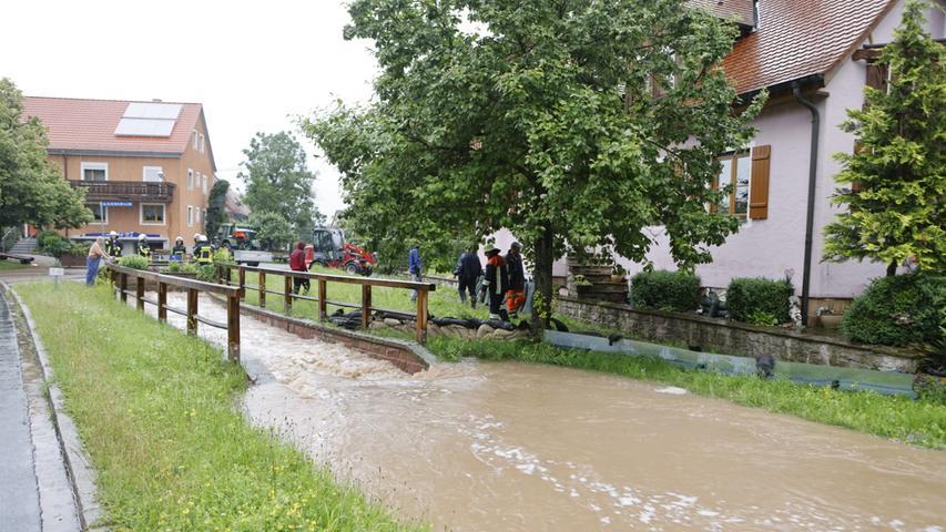 Dort lief am späten Freitagvormittag Wasser durch den Ortskern, weite Teile des Ortes standen unter Wasser. Die Feuerwehr war hier im Dauereinsatz.