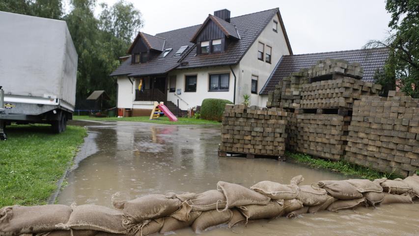 Die Einsatzkräfte in Franken kämpfen vielerorts mit Sandsäcken gegen dieÜberschwemmungen.Der starke Regen lässt aktuell das Wasser in zahlreichen Flüssen und Bächen ansteigen.