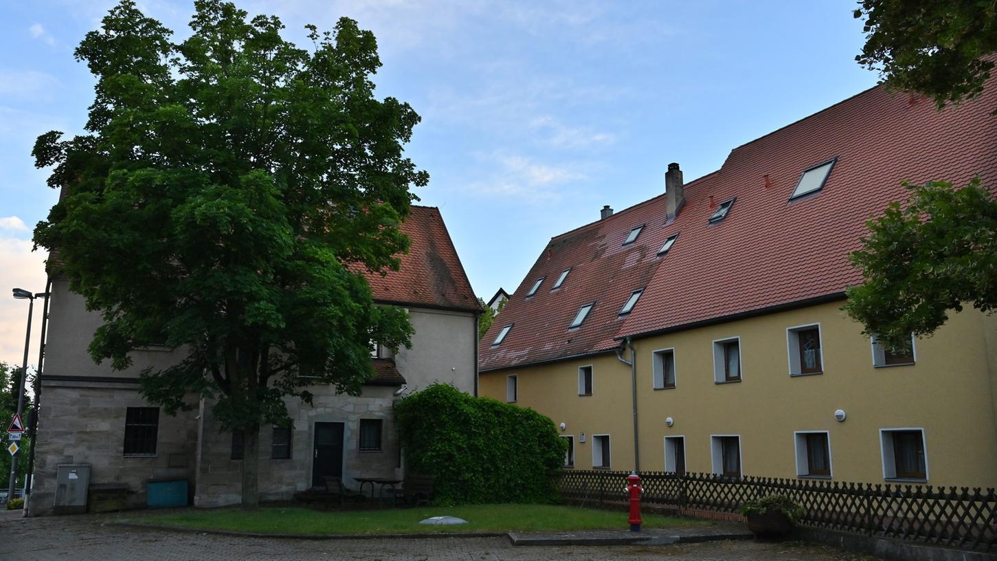 Der Anbau für das Rathaus (l.) soll hier erfolgen. Jedoch würde er die Fenster des Nachbarhauses verschatten, und muss darum in der Höhe reduziert werden