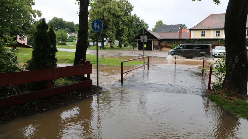Nun wälzte sich ein kleiner Fluss durch die Stadt und überschwemmte teilweise auch den Festplatz. Da wurden böse Erinnerungen wach, als die Feuerwehr vor vielen Jahren die Stadthalle mit Sandsäcken schützen musste, weil das Hochwasser eine dort stattfindende Ausstellung bedroht hatte.