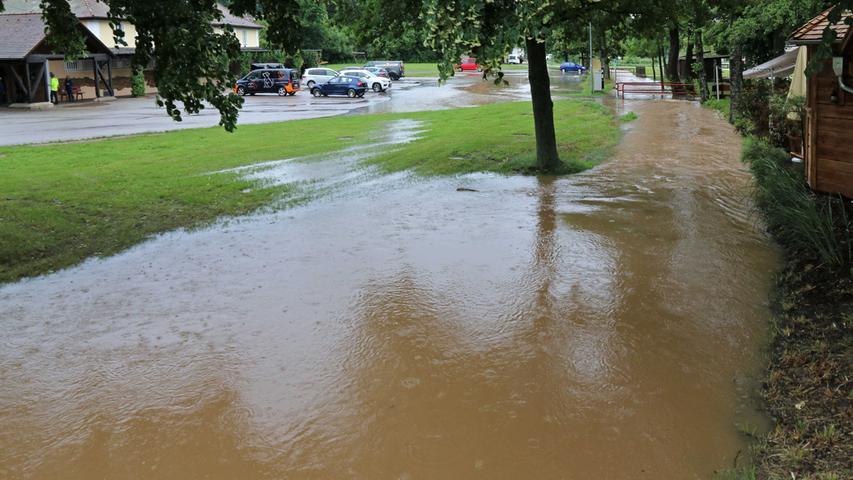 Nachdem das Bachbett der Kleinen Roth in Heideck in letzter Zeit oftmals staubtrocken gewesen war, floss das Wasser nach den ergiebigen Regenfällen am Freitag umso reichlicher.
