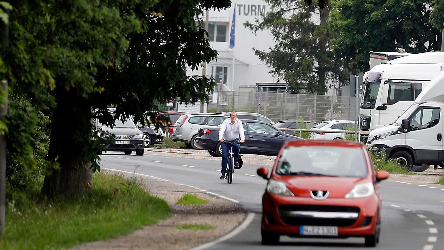 Mangels Rad- und Fußwegen müssen Verkehrsteilnehmer an der Beuthener Straße auf die Fahrbahn ausweichen.