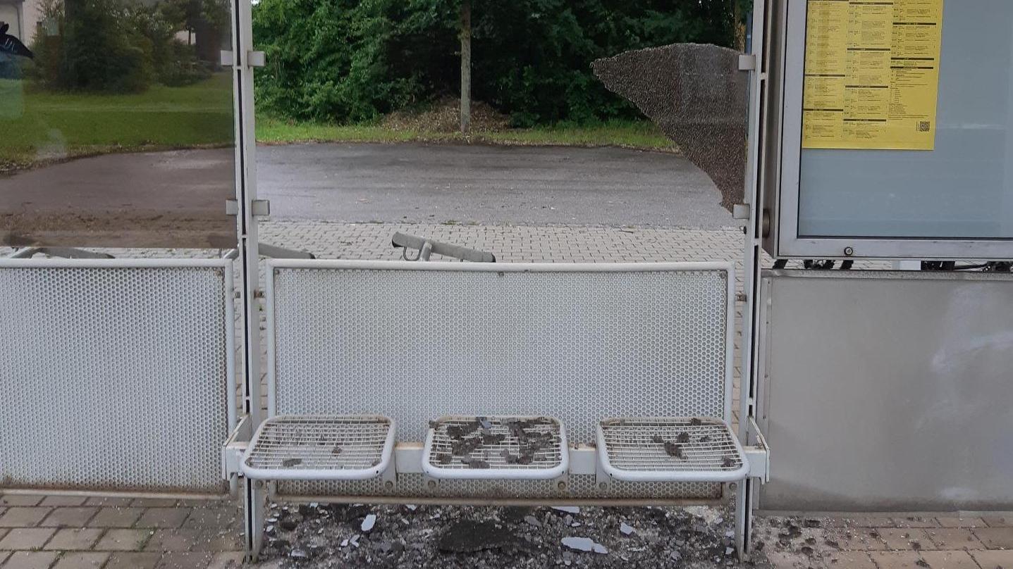 Batzhausen: Unbekannte zertrümmern Glasscheibe