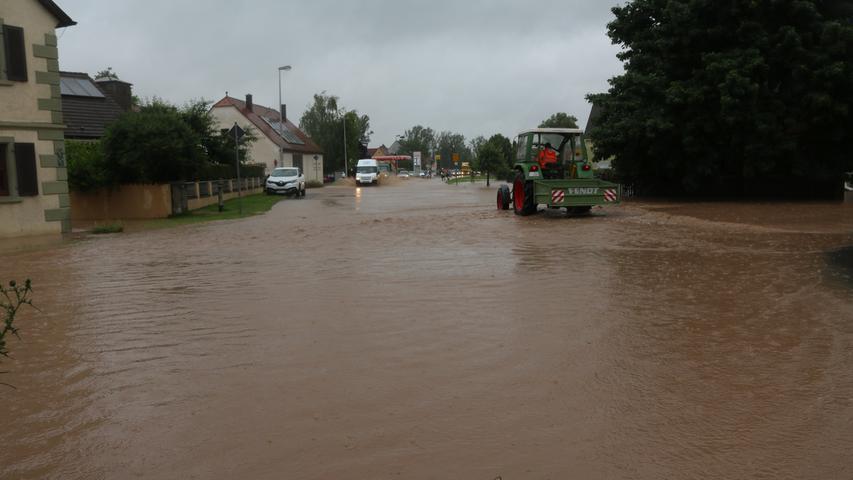 In Oberndorf, einem Gemeindeteil des Marktes Ipsheim, wurden die Straßen am Freitag so überflutet, dass sie teilweise kaum noch zu sehen und nicht mehr passierbar waren. Die betroffenen Straßen wurden gesperrt.