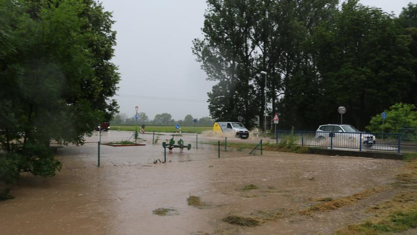 Auch die Straße am Ortseingang von Lenkersheim, ein Gemeindeteil der Stadt Bad Windsheim, wurde überflutet.