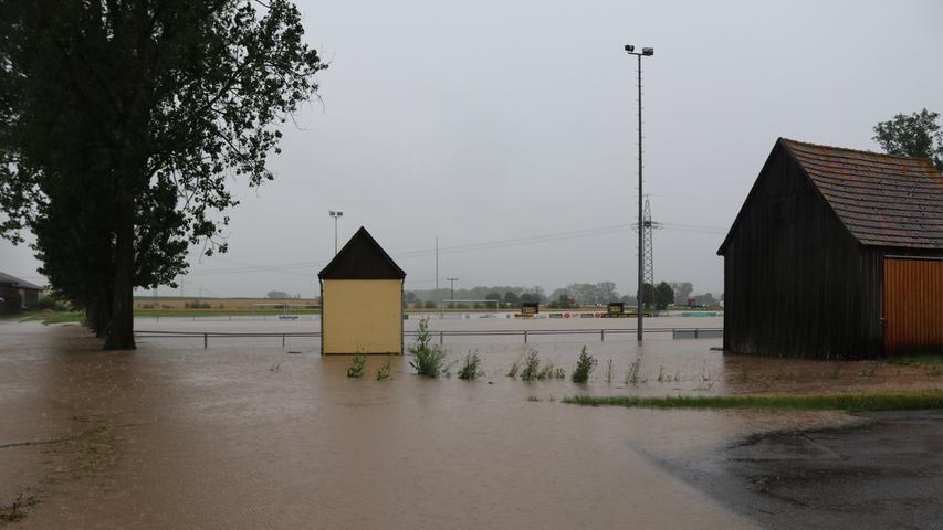 Die Sportplätze des FSV Lenkersheim standen Freitagmittagkomplett unter Wasser.