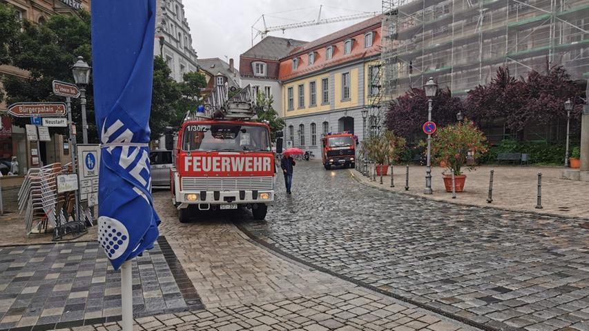 Auch am Schloss ist die Feuerwehr präsent.