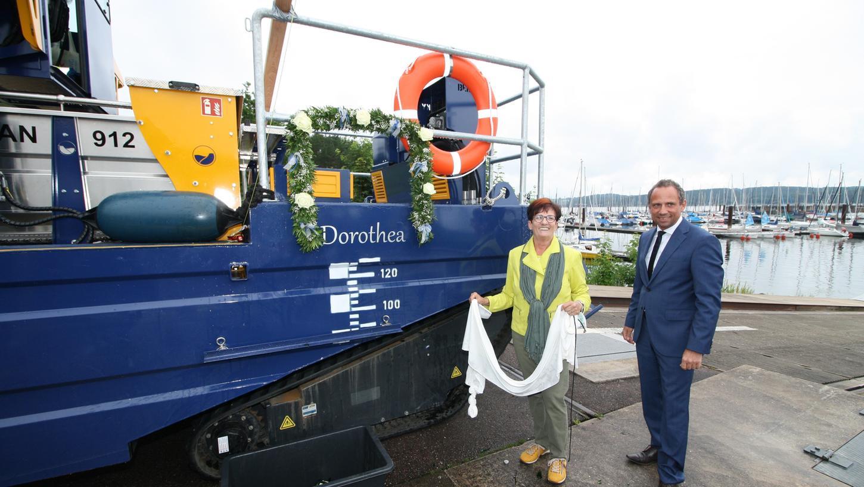 Umweltminister Thorsten Glauber brachte zur Einweihung des neuen Mähbootsim Ramsberger Hafen seine Mutter Dorothea mit, die die Rolle der Taufpatin übernahm.