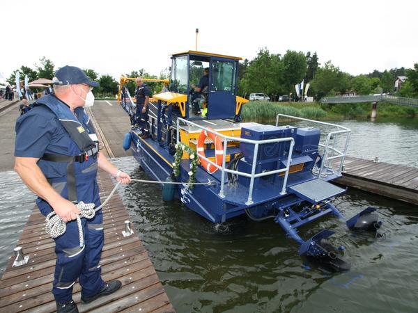 """Gemächlich glitt die fast zehn Tonnen schwere und 350.000 Euro teure """"Mähkuh"""" im Ramsberger Hafen zu ihrer Jungfernfahrt ins Wasser."""