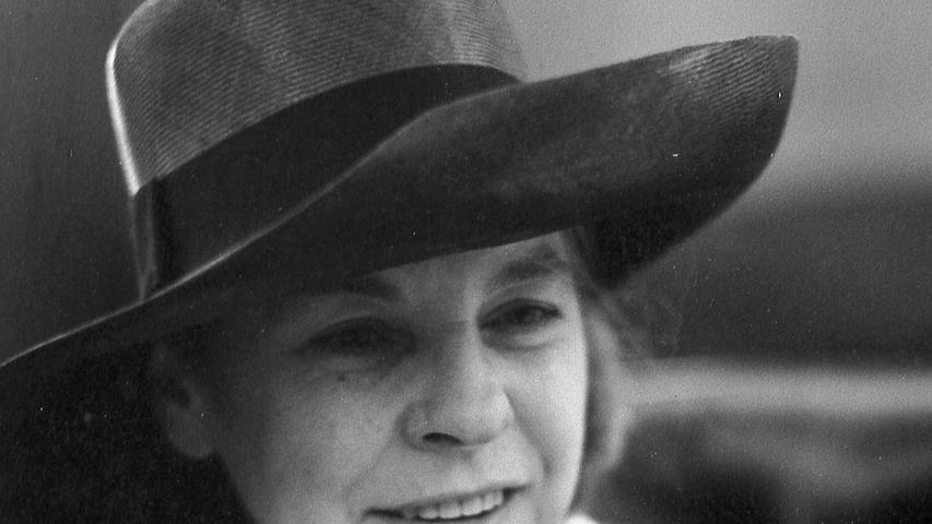 """Von einem verwegenen Greta-Garbo-Hut beschattet, absolvierte die Schriftstellerin Mary McCarthy (""""Die Clique"""", """"Vietnam"""", """"Hanoi"""") mit eiserner Kondition Nürnberg in drei Tagen. Hier geht es zum Kalenderblatt vom11. Juli 1971: Mary McCarthy zu Besuch in Nürnberg."""
