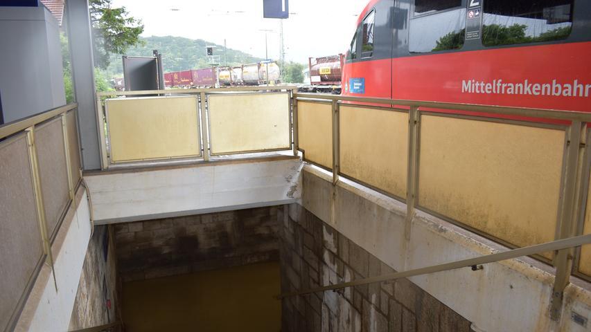 Der Dauerregen und seine Folgen hat auch nicht Halt vor dem Bahnhof in Steinach bei Rothenburg gemacht.