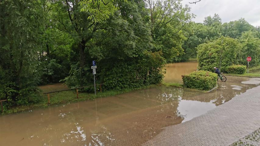Der Rezatparkplatz am Nachmittag in Ansbach. Gegen 15 Uhr betrug der Wasserstand der Rezat etwa 2,70 Meter. Erwartet wurden am Nachmittag zehn Zentimeter mehr pro Stunde.