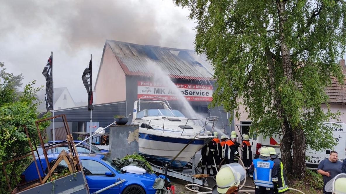 Die Feuerwehr löschte den Dachstuhlbrand im Büchenbacher Ortsteil Tennenlohe (Landkreis Roth).