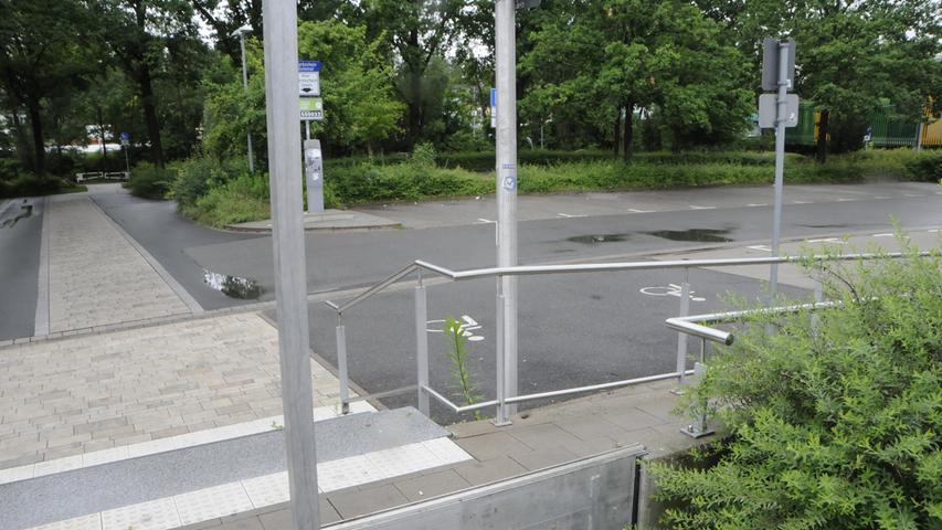 Fotos: Matthias Kronau Am Freitag 9.7.2021, wird nachmittags in Herzogenaurach vor einem Hochwasser in  der Aurach gewarnt. Der Parkplatz An der Schütt wird geräumt, Flutsperren  eingebaut. Bis 15:15 Uhr war allerdings die Lage ruhig.