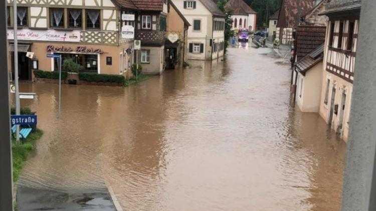 In Emskirchen kam das Hochwasser erst gegen 15 Uhr an - Teile des Ortes sind überschwemmt.