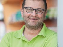 Der Apothekenbesitzer und Sprecher der Bayerischen Apothekenkammer für Erlangen, Thomas Wagner, hält die blaue Corona-Immunkarte für sehr praktisch.