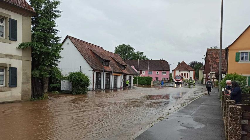 In Emskirchen bahnen sich die Wassermassen ihren Weg durch die Hindenburgstraße.