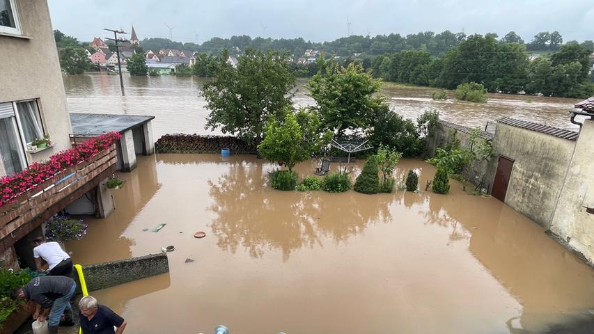 In Lohe bei Wilhermsdorf haben die enormen Wassermassen die Garagen eines Wohnhauses überflutet. Die Feuerwehr war mit mehreren Kräften vor Ort, um das Wasser abzupumpen.