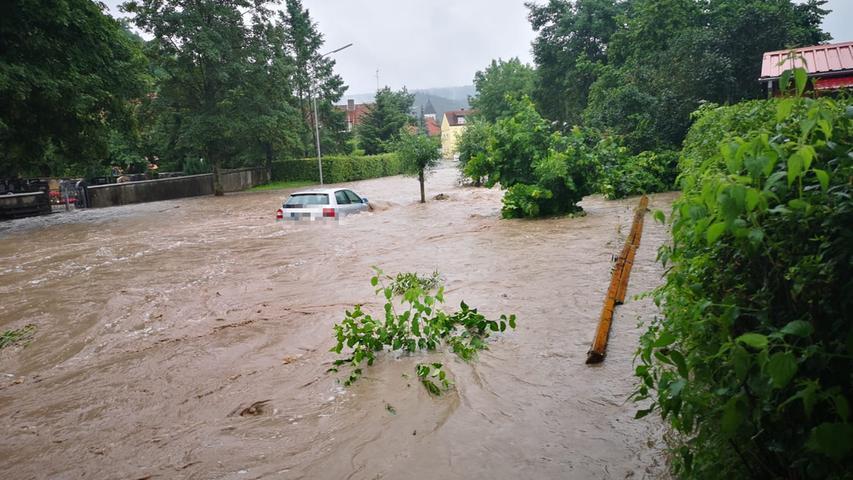 Dauerregen trifft Franken: Schwere Unfälle und Feuerwehren im Dauereinsatz