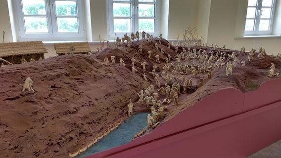"""Exponate rund um die Themen """"Bahn"""" und """"Karlsgraben"""" laden zum Museumsbesuch ein. Außenfiguren weisen nun auf die Inhalte der Ausstellungen hin."""