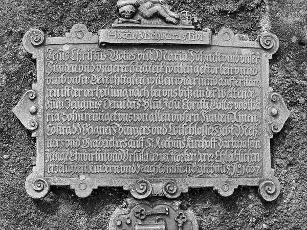 Das Epitaph von Conrad Wagner aus dem Jahr 1607 ist eines von 42 Bronze-Kunstwerke die vor einigen Jahren auf dem Nürnberger Rochusfriedhof gestohlen wurden.