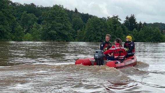 Bilder: Regen-Chaos in Wilhermsdorf - Wasserwacht muss Anwohner mit Booten retten