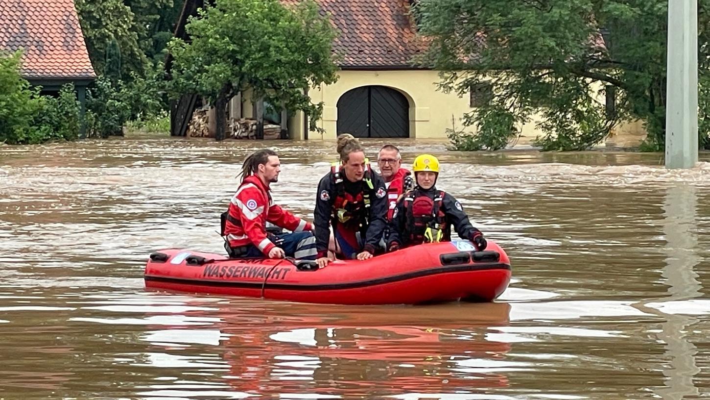 Mit einem Rettungsboot versuchten DLRG und Wasserwacht Anwohnern, die in Not geraten waren, zu helfen.