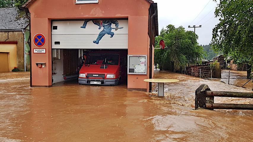 Roth-Schwabach: Wassermassen auf Straßen und im Feuerwehrhaus