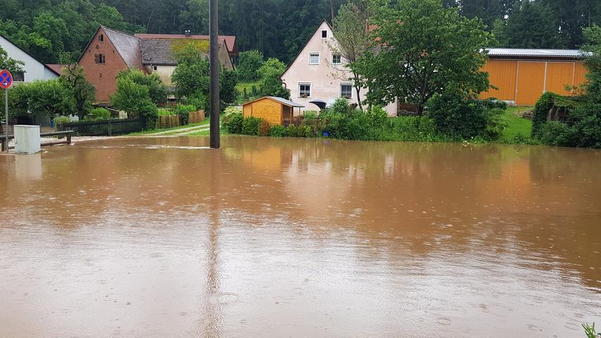 Auch etliche Häuser nahmen in Hengdorf Schaden.   Dauerregen trifft Franken: Schwere Unfälle und Feuerwehren im Dauereinsatz