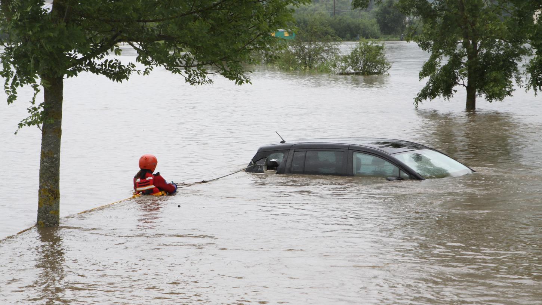 Vielerorts in Franken verschlang das Wasser sogar geparkte Autos.