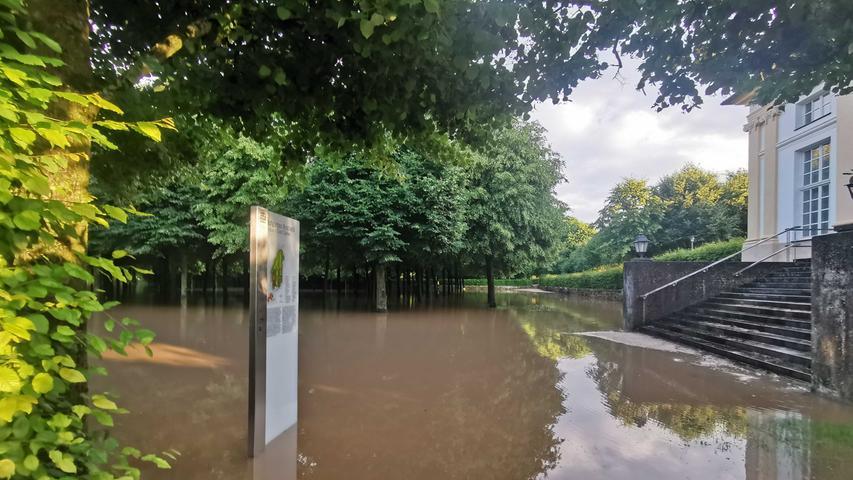 Auch der Ansbacher Hofgarten steht unter Wasser.