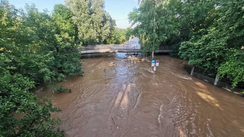 Der Rezatparkplatz wurde im Laufe des Tages komplett überschwemmt. Nur eine Hinweistafel ragt noch aus dem Wasser.