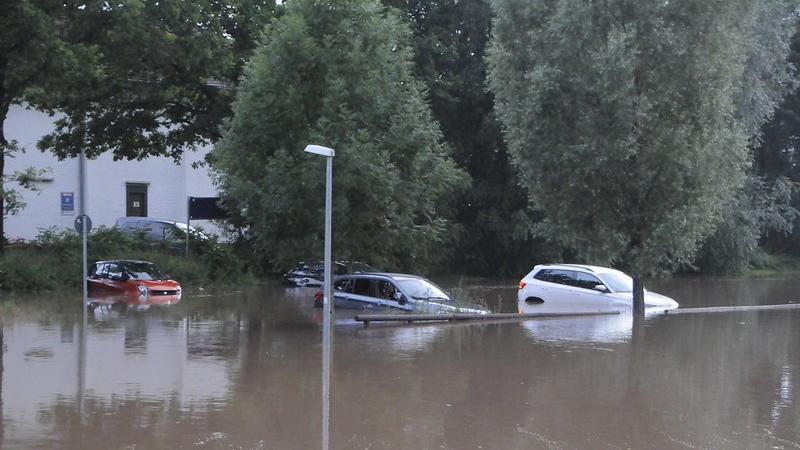 Diese vier Autos auf dem Parkplatz an der steinernen Brücke standen am Abend im Wasser. Die Polizei hatte die Besitzer nicht erreichen können.