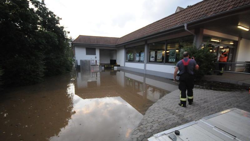 Foto: Matthias kronau Motiv: Am Freitag ABend, 9.7. steigt die Aurach in Herzogenaurach über die Ufer  und überschwemmt Parkflächen und gefährdet Keller.